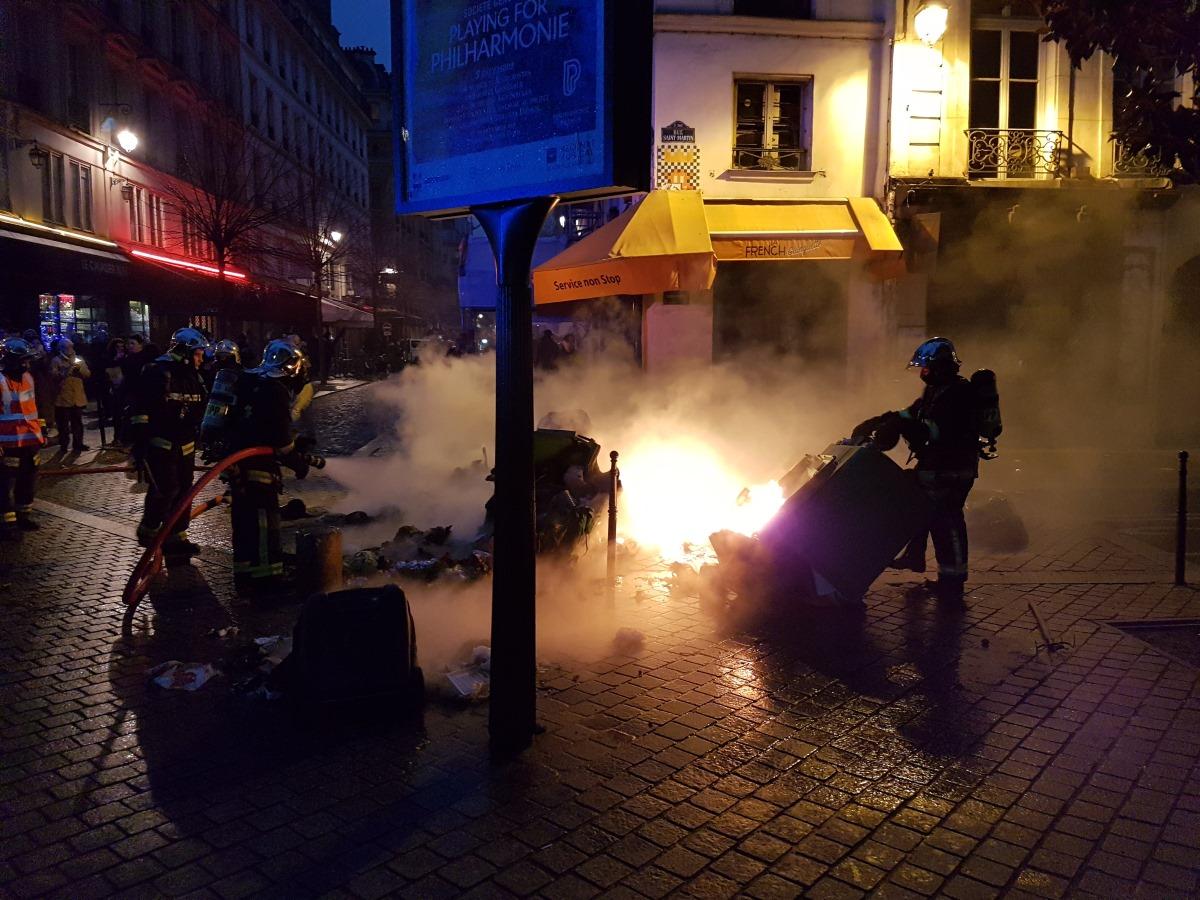 peinture - LU, VU ET ENTENDU DE TRAVERSES Pompiers-eteignant-des-poubelles-en-feu-le-8-12-2018